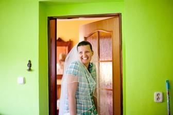 7 am rano.. na to, ze nam nenastartovalo svadobne auto a nas fotograf Zdenko zachranoval situaciu, vysmiata ako leco :)