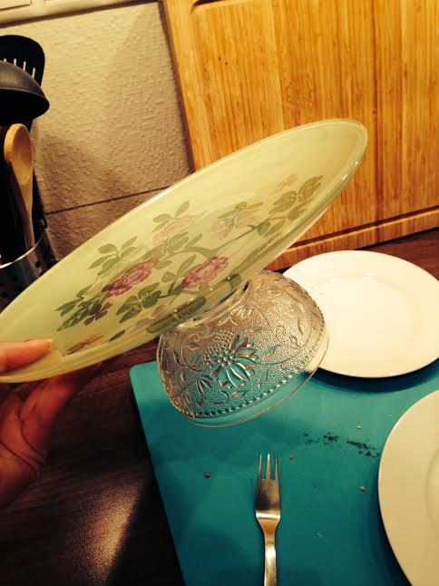 Prípravy - užívanie plnými dúškami! - áno, tie stojany sú vyrábané :) z poháru na zmrzlinu a tanier z ikea, ku tomu šikovný chlap so silikónom v ruke a....