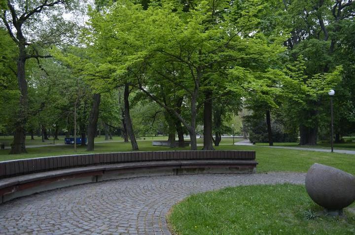 Pôvodné miesto obradu... lavičky boli prikryté jutovinou, okolo nich mali byť prichytené biele giant balony s héliom...