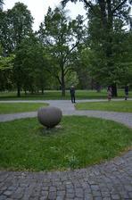 pôvodné miesto obradu, pred tým kamenom sme mali stáť a tam sa mal konať náš obrad, na trávniku malo hrať sláčikové qvarteto