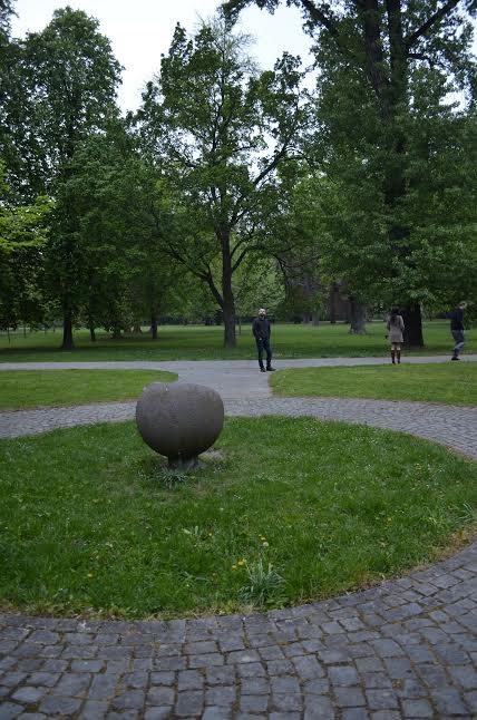 Prípravy - užívanie plnými dúškami! - pôvodné miesto obradu, pred tým kamenom sme mali stáť a tam sa mal konať náš obrad, na trávniku malo hrať sláčikové qvarteto