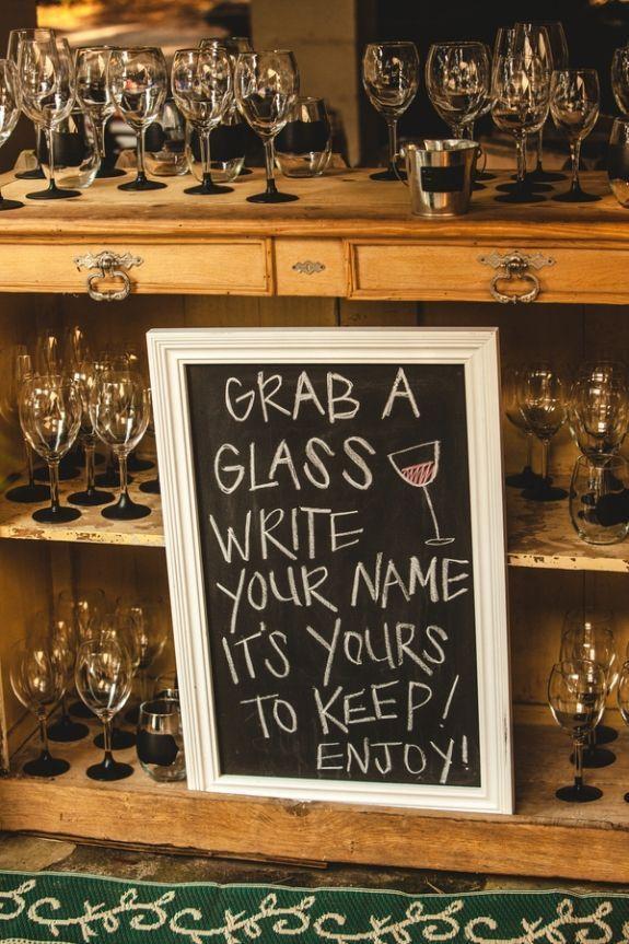 baby, čo by ste povedali na takéto poháre ako darčeky pre hostí, ktoré sa dajú zároveň použiť aj ako netradičné menovky na stoly? :) Myslíte, že by mali úspech? Mne sa aj celkom páči predstava, že by sme si zo svadbičky vzali domov takéto poháriky a písali si s drahým na ne odkazy :) :-D :-p - Obrázok č. 2