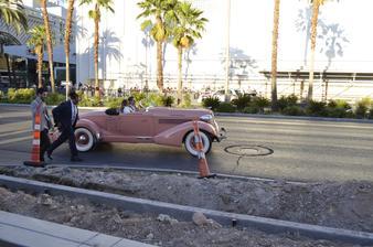 """ako sme tak kráčali Las Vegas Strip-om tak sa obzerám a vravím si, že """"ešte by sme mohli stretnúť nejakú tú osobnosť"""" :P a asi 20 minút na to sme videli Mariah Carey, ktorú takto viezli na otvorenie podujatia v Ceasars palace! B-)"""