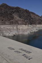 California má vážné problémy s vodou, pôvodne hladina siahala po vrch bielej línie