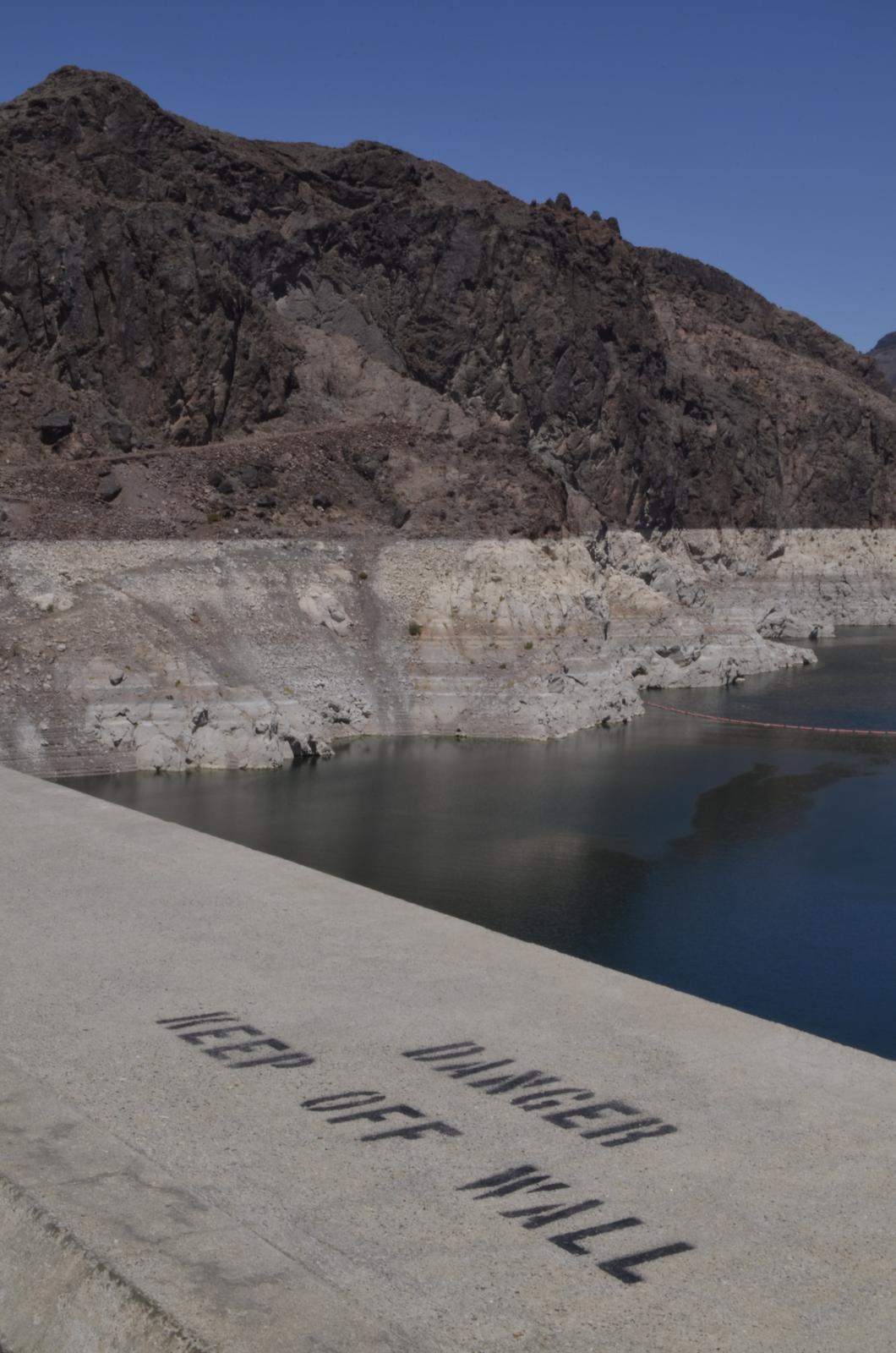 """""""If you can dream it, you can do it."""" - California má vážné problémy s vodou, pôvodne hladina siahala po vrch bielej línie"""