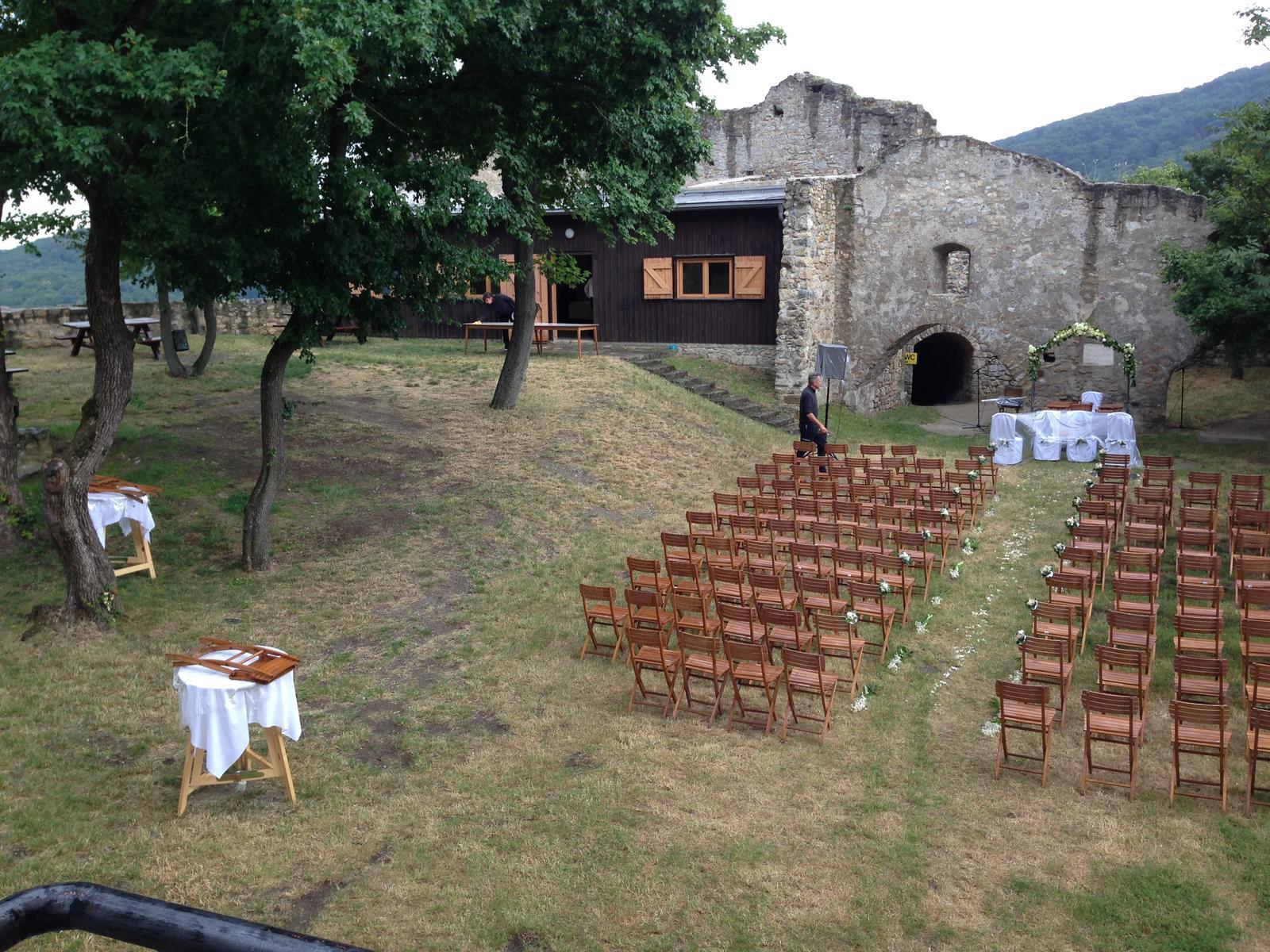 Baby, dnes na minivýlete v rakúskom Hainburgu som chcela vrátiť čas aspoň rok dozadu! Neviem či sa o tom mieste vôbec vie, lebo ja som na to pri našom plánovaní vôbec nenatrafila :-(  No tie, ktoré ste z Bratislavy a okolia a túžite po záhradnej svadbe tak vedzte, že hrad v Haiburgu je na to ako STVORENÝ! Netuším, aké sú tam možnosti pre nás Slovenky, každopádne sa tam svadby robia pretože dnes to tam bolo na jednu pripravené :-) pripájam fotky! :-) - Obrázok č. 1