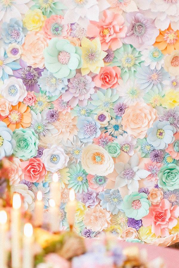 podľa sledovania zahraničných svadobných blogov mám dojem, že tzv.backdropy vytvorené z papierových kvetov začínajú byť stále viac IN! :-) brali by ste tiež taký doplnok? :-) - Obrázok č. 1
