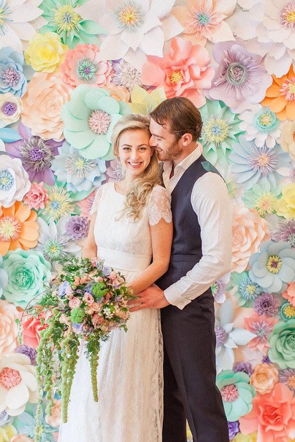 podľa sledovania zahraničných svadobných blogov mám dojem, že tzv.backdropy vytvorené z papierových kvetov začínajú byť stále viac IN! :-) brali by ste tiež taký doplnok? :-) - Obrázok č. 2