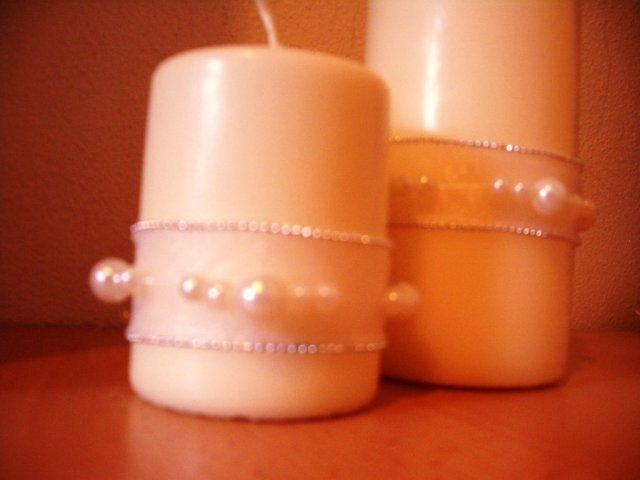 Toto už máme hotové - Svadobné sviečky. Kúpila som ich v Ikee a dozdobila som ich stuhou a perleťovými gorálkami.