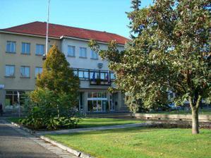 Tu nas zosobasia. Mestky urad v Novych Zamkoch.