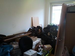 Místnost, kam jsme umístili veškerý bordel, hadry, malování, podlahy i dveře :)