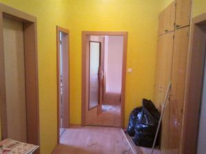 Chodba ještě se starou barvou. Ta půjde pryč jako poslední. Barva je OK, ale zamnou je zeď dost poškrábaná, proto to přetřeme na žluto-orandžovou.