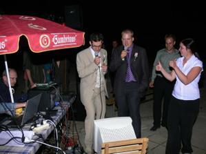 Večerní karaoke. Ženich se svědkem v akci ;-)