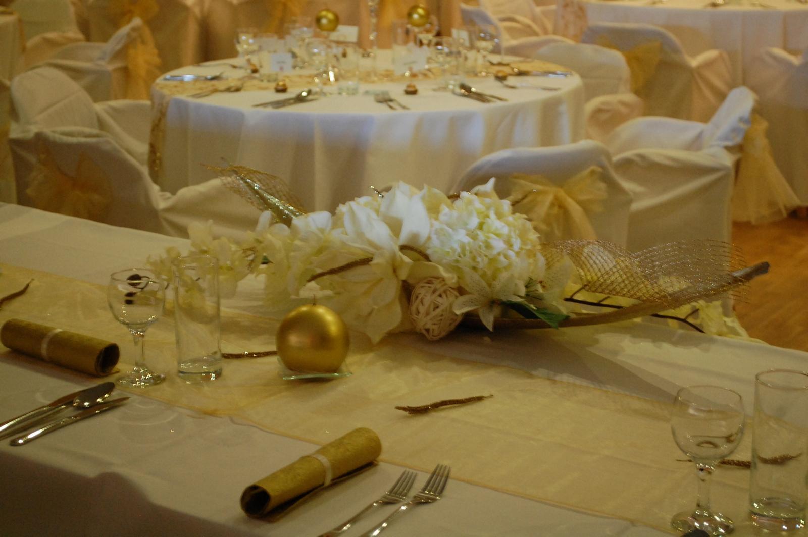 hiala - Výzdoba svadobného stola v bielozlatom tóne