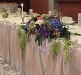 Svadobná výzdoba zo živých kvetov.