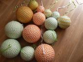 Zdobené polystyrenové koule - zeleno-bílo-oranžové,