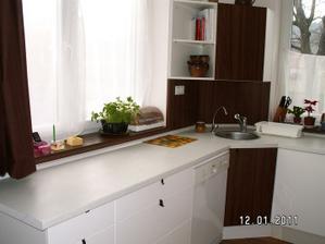 jedna část kuchyně, ta pracovní a umývací