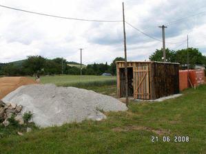vlastnoručně postavená bouda