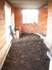 hlínu co jsme vyházeli při kopání odpadů jsme použili na vysypání vnitřku a v prostřed nahradila desku