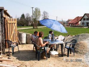 Když už se udělalo pěkné počasí tak sme toho opět využili, nestráceli čas obědem doma a zvládali ho na stavbě :-)