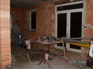 Pohled na dveře v obýváku z kuchyně a vzadu je už vyzděná příčka a za ní pracovnička. Omluvte nepořádek, je foceno za pochodu ;-)