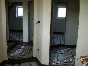Podlahové topení v podkroví,před zalitím, není vidět koupelka jinak všechny pokoje