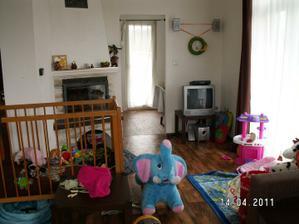obývák z druhého pohlede, hračky jsou prostě všude :-)