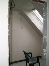 pohled z ložnice na zasádrošovanou šatnu