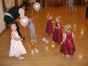 deťúrence sa hneď rozbehli k balónikom - take milé