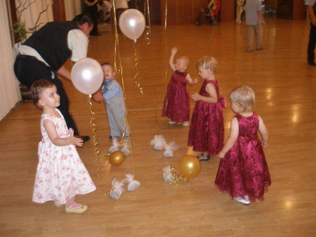 Lucia{{_AND_}}Marek - deťúrence sa hneď rozbehli k balónikom - take milé