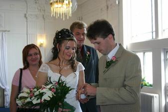 Ženich dává nevěstě snubní prsten