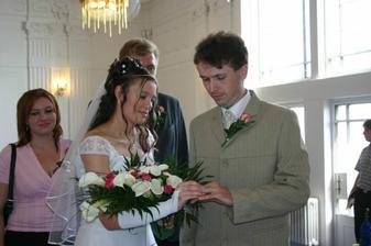 Nevěsta dává snubní prsten ženichovi