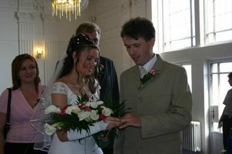 Nevěstě se nedaří navléct snubní prsten