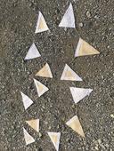 ozdobné trojúhelníky na rautový stůl z juty s kraj,