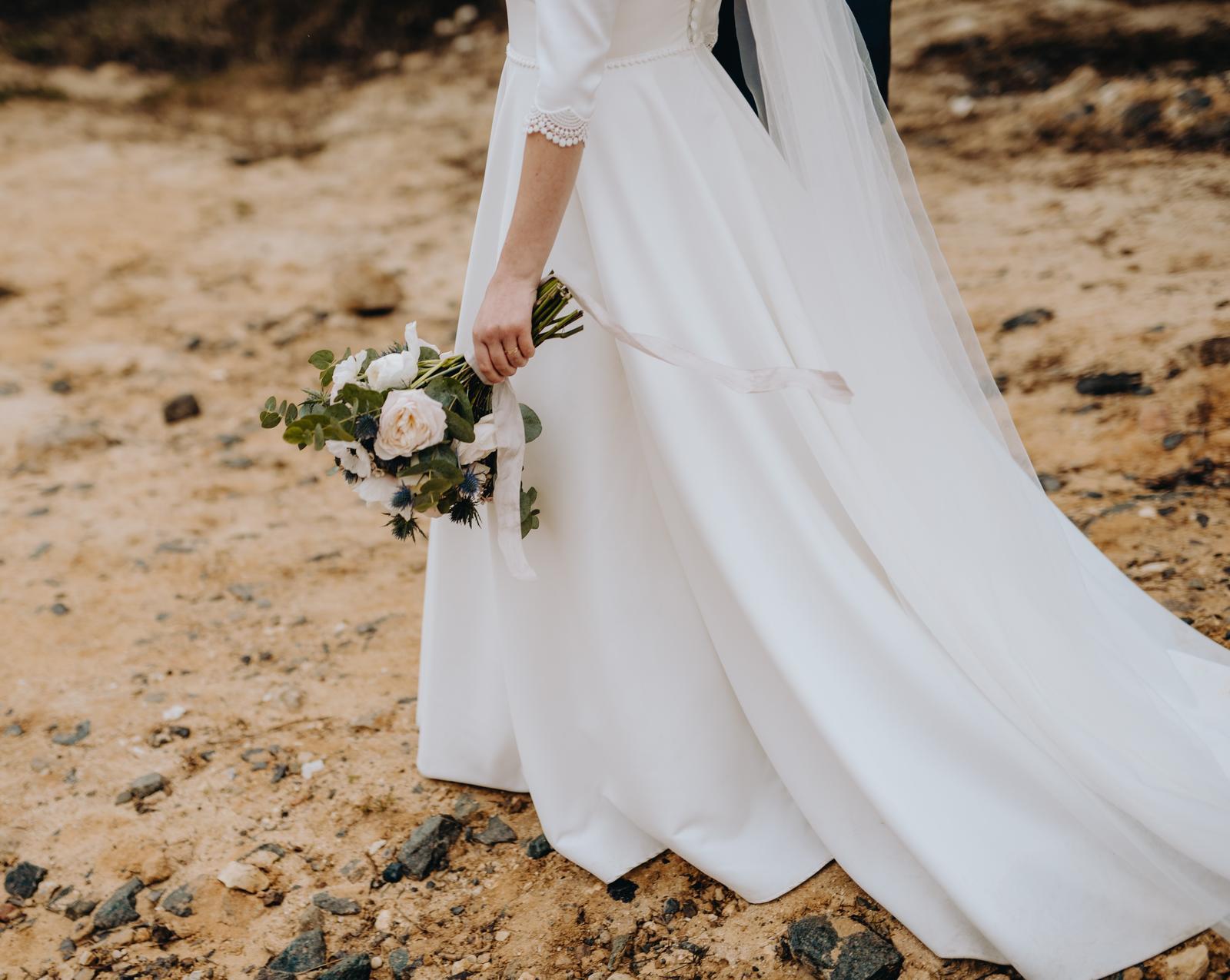 Minimalistické šaty s rukávy a krajkovými detaily  - Obrázek č. 1