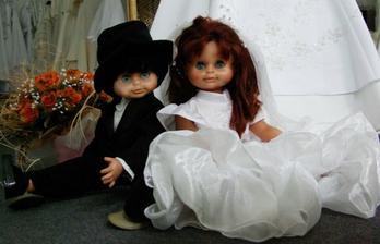 zamluvená blonďatá panenka i panáček