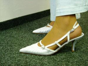 a zase botičky, asi budou bílé punčošky. Tady mám tělové a vypadám jak na boso :-)