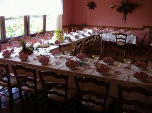 takhle vypadá stůl v zátiší jen to chci s bílými ubrusy a určo bordó šerpou:-)