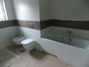 23.10.2015 - umístění některé sanity v koupelně
