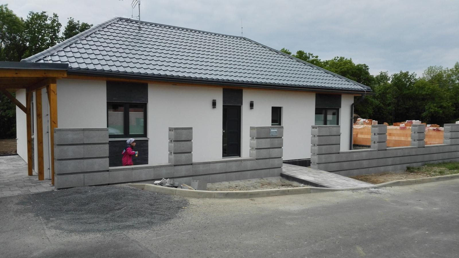 Okolo domu :o) - Plot Best Roka - vítěz designové soutěže o nový plotový systém...Zbyla nám celá paleta plotu, množství odpovídá levé straně plotu