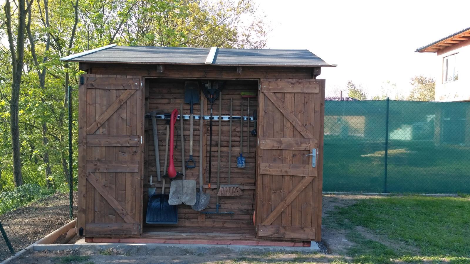 Okolo domu :o) - naše vychytávka na nářadí, po stranách jsou police, ve kterých je vše potřebné k sázení :-)