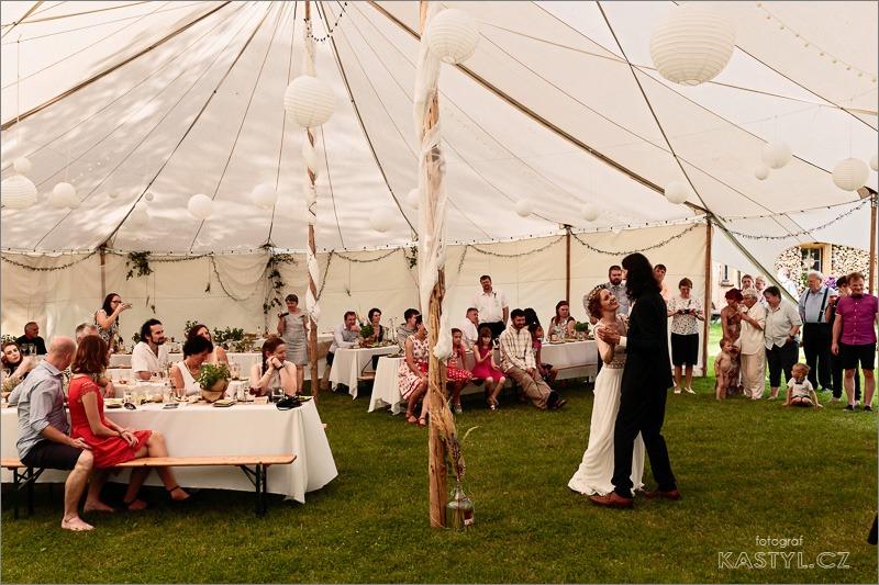 Ta nejpohodovější párty našeho života - První tanec... píseň na něj jsme vybrali večer u táboráku před svatbou. Neexistuje nic dojemnějšího, než když tyhle okamžiky doprovází hudebně blízký kamarád