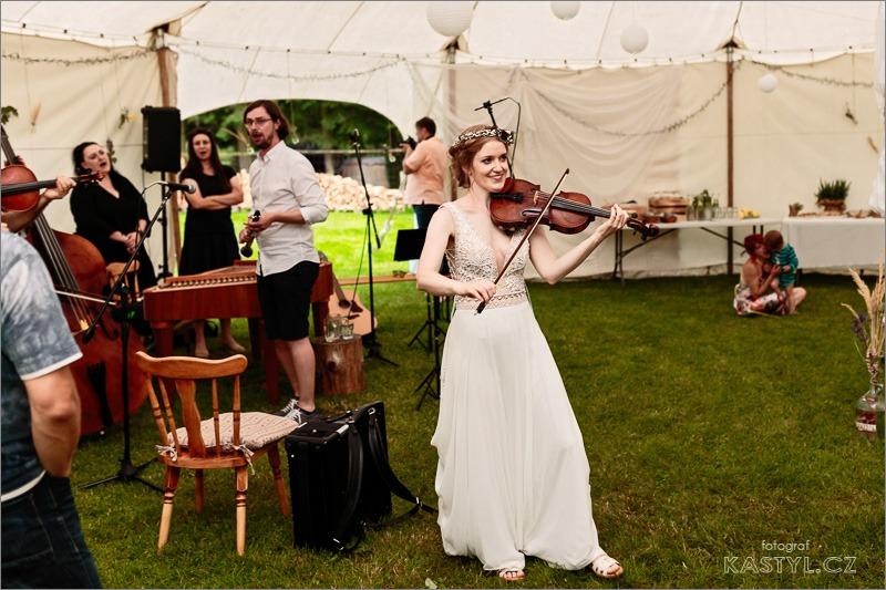 Ta nejpohodovější párty našeho života - Chtěla jsem si na svatbě zahrát, takže housle, který mě provázely celým životem musely se mnou... a přeci nemohly zůstat zabalené ve futrálu 🎻
