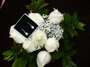 dárek od manžela k 1.výročí :) stejný druh růží jaké jsem měla ve svatební kytici  a náušničky