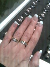 ..nakonec kompromis - moje přání je zaoblený tvar prstýnku, M. vybíral kombinaci zlata.