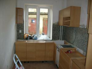 začíná se montovat kuchyň