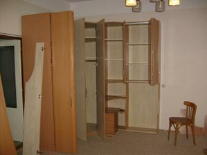 začínáme stavět skříň.....koupenou na aukru za 11000.-