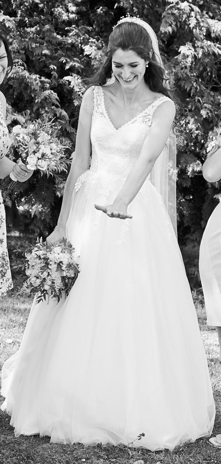 Svatební šaty s vlečkou, spodničkou a páskem - Obrázek č. 1