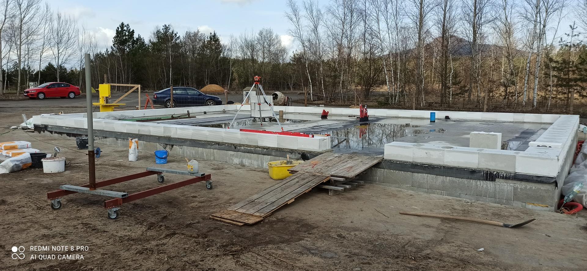 Hrubá stavba - Obvod založený jen vynechaná mezera kvůli navážení materiálu a také odvod vody.