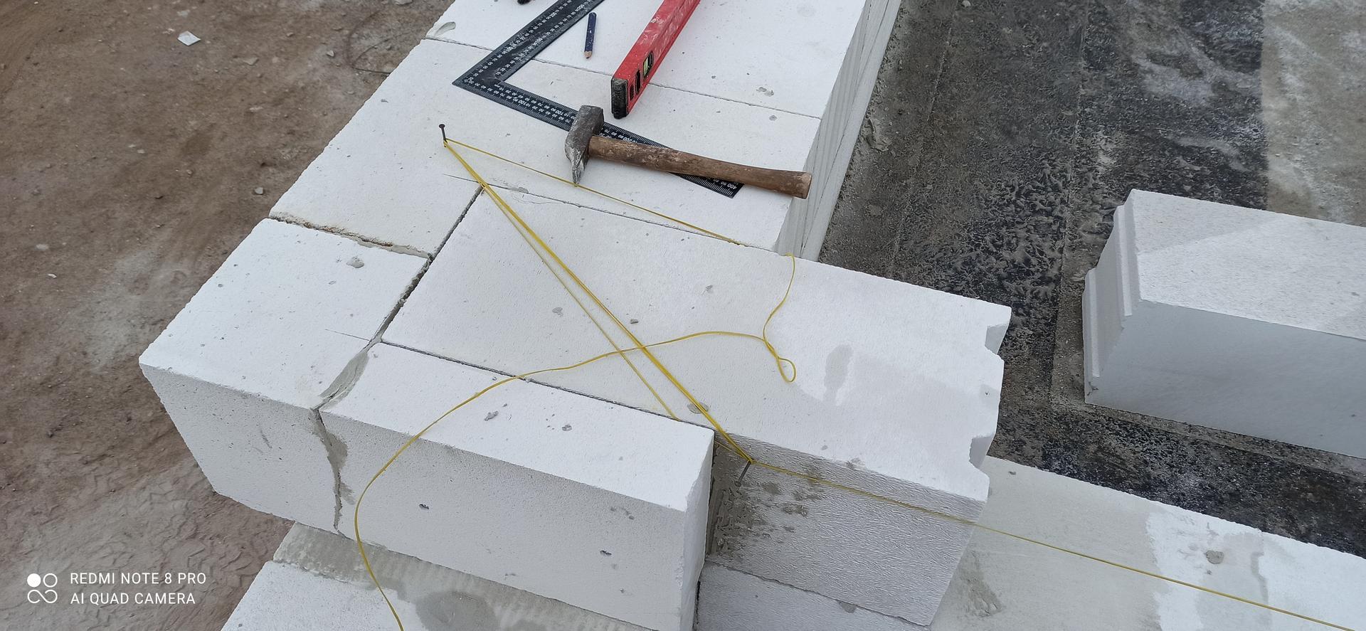 Hrubá stavba - Provazování vnitřního nosného zdiva z obvodovým na 1/3 délky.